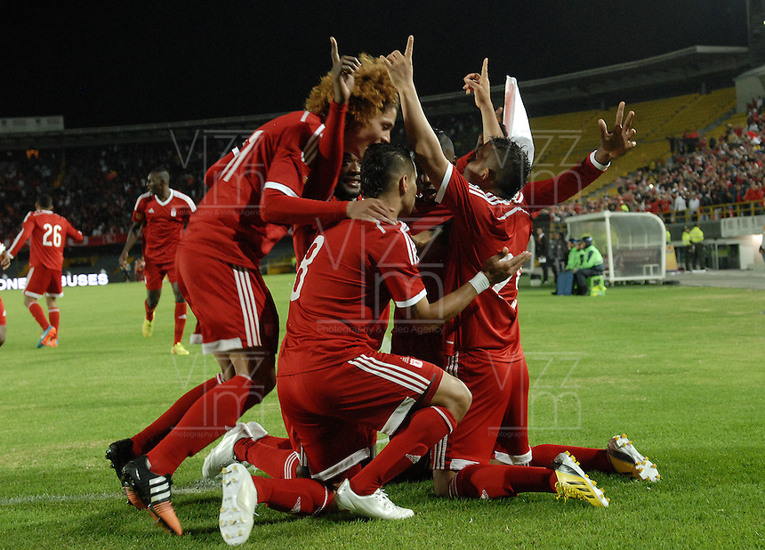 BOGOTÁ -COLOMBIA, 15-01-2015. Jugadores del América de Cali celebran un gol anotado por Feiver Mercado al Cortulua durante partido por la fecha 1 de los cuadrangulares de ascenso Liga Aguila 2015 jugado en el estadio El Campín de la ciudad de Bogotá./ Players of America de Cali celebrate a goal scored by Feiver Mercado to Cortulua during match for the first date of the promotional quadrangular Aguila League 2015 played at El Campin stadium in Bogotá city. Photo: VizzorImage/ Gabriel Aponte / Staff