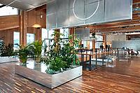 Nederland - Amsterdam - 24 maart 2018.  Het Circl Paviljoen van de ABN AMRO bank op de Zuidas.  Het hoofdkantoor van ABN AMRO breidt uit met een paviljoen op de plek van de tuin. Met het nieuwe paviljoen, genaamd Circl, wil ABN AMRO een inspirerende ontmoetingsplaats creëren voor collega's, klanten en bewoners van de Amsterdamse Zuidas. De begane grond van het paviljoen wordt ingericht voor informele ontmoetingen. Op het dak van het paviljoen komt een openbaar toegankelijke daktuin met terras.  In de kelder komen vergader- en conferentieruimte voor ABN AMRO. De houten vloer bestaat uit afvalhout afkomstig van barkrukken tot oude kloostervloeren. De raamkozijnen van de vergaderruimten komen uit een oud kantoor van Philips en het isolatiemateriaal is gemaakt van oude spijkerbroeken van werknemers: circa 16.000 oude kledingstukken zijn in het pand verwerkt. Foto Berlinda van Dam Hollandse Hoogte