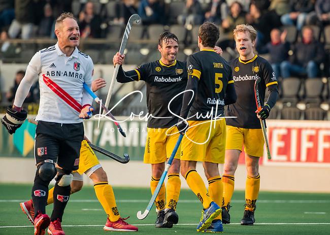AMSTELVEEN -  Vreugde bij oa Sebastian Dockier (Den Bosch) nadat Austin Smith (Den Bosch) heeft gescoord   bij de competitie hoofdklasse hockeywedstrijd mannen, Amsterdam- Den Bosch (2-3). rechts Imre Vos (Den Bosch).    COPYRIGHT KOEN SUYK