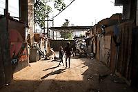 ATENCAO EDITOR: FOTO EMBARGADA PARA VEICULO INTERNACIONAL - SAO PAULO, SP, 19 DE SETEMBRO DE 2012 - FAVELA DO MOINHO - Movimentacao na Favela do Moinho, no Centro de São Paulo que foi atingida por um  incêndio. A comunidade, que fica perto dos trilhos da CPTM, foi parcialmente destruída por um incêndio na segunda (17).FOTO VAGNER CAMPOS/ BRAZIL PHOTO PRESS