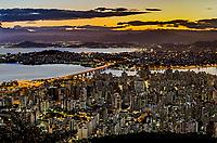 Entardecer na cidade de Florianopolis, Santa Catarina. 2019. Foto de Andre Arcenio.