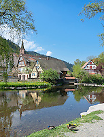 Germany, Baden-Wurttemberg, Black Forest, Schiltach at Kinzig Valley: here river Schiltach flows into river Kinzig, at background the evangelic town church | Deutschland, Baden-Wuerttemberg, Schwarzwald, Schiltach im Kinzigtal: hier am Hochmutsteich fliesst die Schiltach in die Kinzig, im Hintergrund die evangelische Stadtkirche