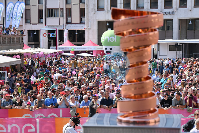The Trofeo Senza Fine on stage at sign on before Stage 20 of the 100th edition of the Giro d'Italia 2017, running 190km from Pordenone to Asiago, Italy. 27th May 2017.<br /> Picture: LaPresse/Gian Mattia D'Alberto | Cyclefile<br /> <br /> <br /> All photos usage must carry mandatory copyright credit (&copy; Cyclefile | LaPresse/Gian Mattia D'Alberto)