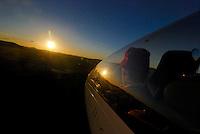 Landeanflug: AFRIKA, SUEDAFRIKA, 14.12.2007: Suedafrika,  Gariep, Gariepdam, Flugzeug, Segelflugzeug, fliegen, Karoo, Wueste, Cockpit, Mann, Aussenansicht, Haube, Duo Diskus, Doppelsitzer,  Instrumente, Landebahn, Landung, Anflug, Piste, Blenden, Licht, Aufwind-Luftbilder