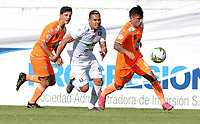 ENVIGADO-COLOMBIA, 01-10-2019: Bruno Moreira, Yeison Guzmán de Envigado F. C. y David Gómez de Once Caldas disputan el balón, durante partido entre Envigado F. C. y Once Caldas de la fecha 14 por la Liga Águila II 2019, en el estadio Polideportivo Sur de la ciudad de Envigado. / Bruno Moreira, Yeison Guzman of Envigado F. C. and David Gomez of Once Caldas fight for the ball, during a match between Envigado F. C., and Once Caldas of the 14th date  for the Aguila Leguaje II 2019 at the Polideportivo Sur stadium in Envigado city. Photo: VizzorImage / León Monsalve / Cont.