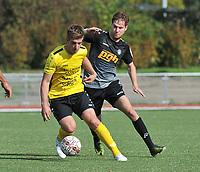 SCT MENEN - RC GENT :<br /> Axel Harinck (L) draait weg bij Raf Leemans (R)<br /> <br /> Foto VDB / Bart Vandenbroucke