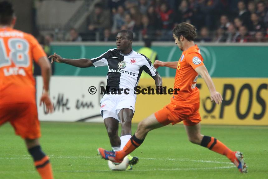 Constant Djakpa (Eintracht) gegen adnan Zahirovic (Bochum) - Eintracht Frankfurt vs. VfL Bochum, Commerzbank Arena, 2. Runde DFB-Pokal