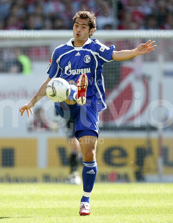 Fussball   1. Bundesliga   Saison 2006/2007 Hamit ALTINTOP (FC Schalke 04), Einzelaktion am Ball