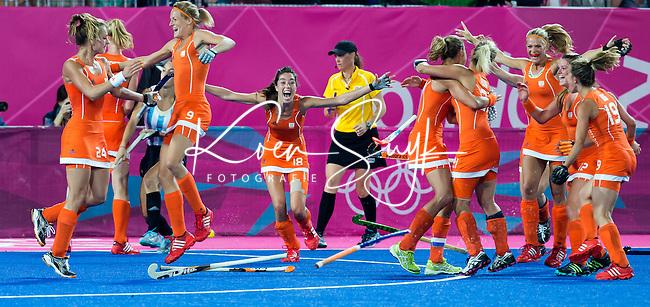 LONDEN - Olympisch goud voor Oranje.Vreugde bij Oranje met in het midden Naomi van As , vrijdag na de Olympische hockeyfinale bij de vrouwen tussen Nederland en Argentinie.