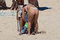 RIO DE JANEIRO, RJ, 26 AGOSTO 2012-CLIMA TEMPO NA CAPITAL FLUMINENSE- Movimentacao na Praia de Ipanema, neste domingo, 26 de agosto, com muito sol e tempo seco em Ipanema, zona sul do Rio de Janeiro.(FOTOMARCELO FONSECA BRAZIL PHOTO PRESS).