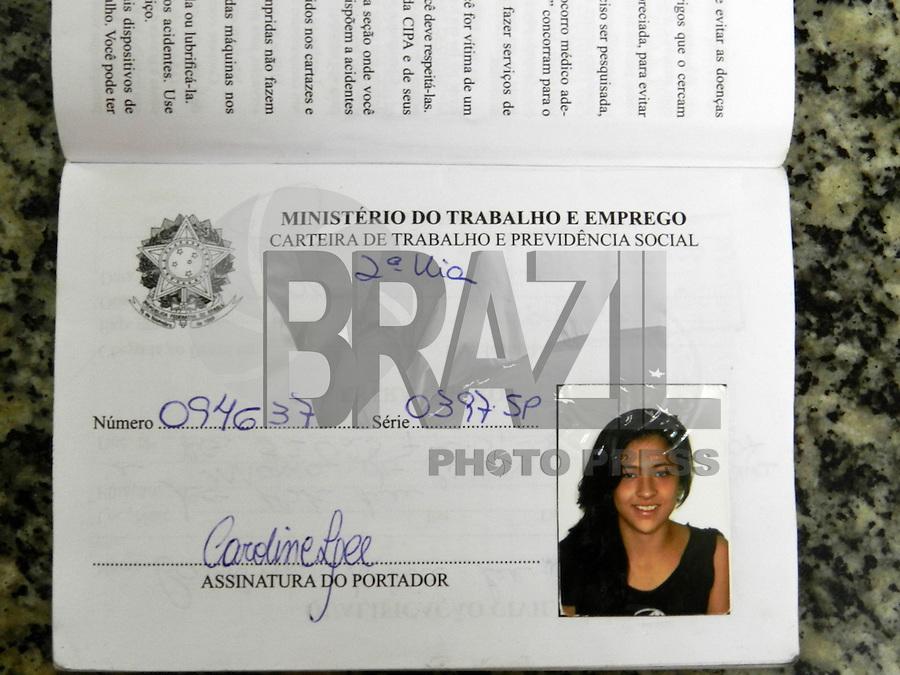 ATENÇÃO EDITOR: FOTO EMBARGADA PARA VEÍCULOS INTERNACIONAIS. SÃO PAULO - SP - 21 OUTUBRO 2012 - ESTUDANTE Caroline Silva Lee foi morta após assalto na Rua Sabará, 318 - Consolação - ontem (20) por volta de 2:00hs. Os criminososo formam presos na Av 23 Maio. FOTO: MAURICIO CAMARGO/BRAZIL PHOTO PRESS.