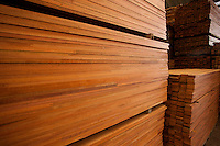 Processo de produção de painéis, pisos e decks.<br /> Distrito industrial, Ananindeua, Pará, Brasil.<br /> Foto: Paulo Santos<br /> 04/2013