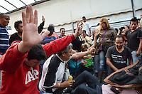 SAO PAULO, SP, 08 DE MAIO DE 2013 - LIMINAR FEIRA DA MADRUGADA - Comerciantes da Feira da Madrugada, no Bras, região central,  comemoram uma liminar que impede o fechamento imediato decretado pela Prefeitura na tarde desta quarta feira, 08.       (FOTO: ALEXANDRE MOREIRA / BRAZIL PHOTO PRESS)