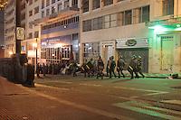 SAO PAULO, SP, 17.07.2013 - PROTESTO ALUNOS / DESOCUPAÇÃO SEDE UNESP - A Tropa de Choque fez a desocupação da sede da Universidade Estadual Paulista (UNESP), na Rua Quirino de Andrade em São Paulo (SP) na manhã desta quarta-feira (17), após a ocupação durar toda a madrugada com alunos em protesto. (Foto: Marcelo Brammer / Brazil Photo Press).