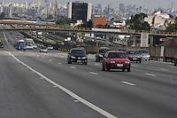 SAO PAULO, SP, 10/06/2012, VOLTA FERIADO. <br /> <br /> Na volta do feriado prolongado de Corpus Christ o transito está tranquilo na manhã desse Domingo (10), mas a previsão é que o movimento aumente na parte da tarde.<br />  Na foto a Rodovia Dutra.<br /> <br />  Luiz Guarnieri/ Brazil Photo Press