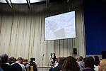 Europäischer Kabbala Kongress, Berlin Kino KOSMOS 28-30.01.2011. Michael Laitman skizziert Erklärungen während seines Unterrichts.
