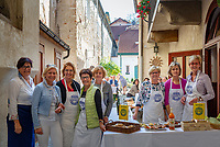 Oesterreich, Niederoesterreich, Kulturlandschaft Wachau - UNESCO Weltkultur- und Naturerbe, Melk: Soroptimist Club Melk Colomania - Soroptimist International ist die weltweit groesste Serviceclub-Organisation berufstaetiger Frauen - hier einige Damen waehrend des jaehrlich am 13. Oktober stattfindenden Kolomani-Kirtag in Melk | Austria, Lower Austria, Wachau Cultural Landscape - UNESCO World's Cultural and Natural Heritage, Melk: Soroptimist International (SI) is a worldwide volunteer service organization for women who work for peace, and in particular to improve the lives of women and girls, in local communities and throughout the world - here women posing during the 'Kolomani-Kirtag' taking place yearly October 13