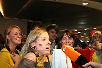 Fans warten auf die DFB-Elf<br /> Fans warten am Frankfurter Flughafen auf die DFB-Elf *** Local Caption *** Foto ist honorarpflichtig! zzgl. gesetzl. MwSt. Auf Anfrage in hoeherer Qualitaet/Aufloesung. Belegexemplar an: Marc Schueler, Alte Weinstrasse 1, 61352 Bad Homburg, Tel. +49 (0) 151 11 65 49 88, www.gameday-mediaservices.de. Email: marc.schueler@gameday-mediaservices.de, Bankverbindung: Volksbank Bergstrasse, Kto.: 151297, BLZ: 50960101