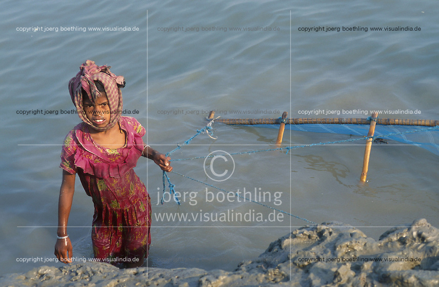 INDIA Westbengal, Sundarbans, children catch shrimp larvae for shrimp cultivation / INDIEN, Kinder fangen Shrimpslarven für Garnelenzucht in den Sundarbans