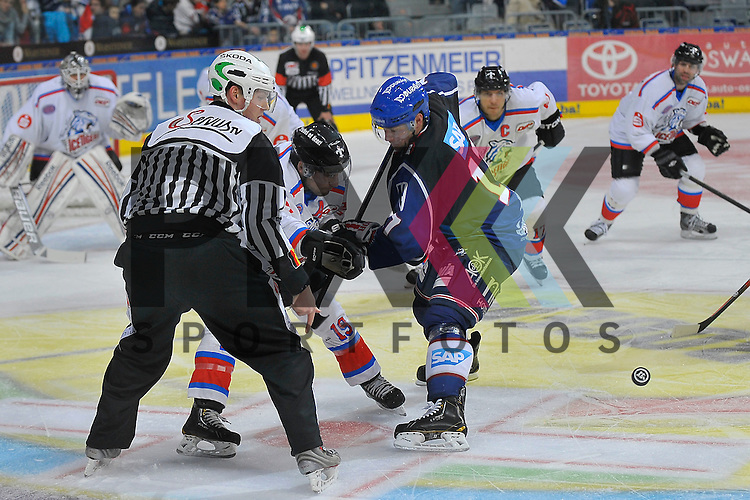 Nuernbergs Jason Jaspers (Nr.19) gegen Mannheims Marcus Kink (Nr.17)  beim Spiel in der DEL, Adler Mannheim - Nuernberg Ice Tigers.<br /> <br /> Foto &copy; Ice-Hockey-Picture-24 *** Foto ist honorarpflichtig! *** Auf Anfrage in hoeherer Qualitaet/Aufloesung. Belegexemplar erbeten. Veroeffentlichung ausschliesslich fuer journalistisch-publizistische Zwecke. For editorial use only.