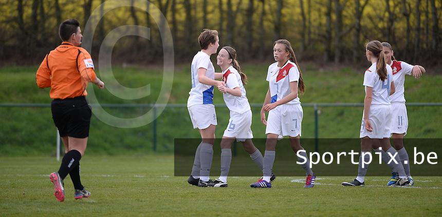 Women U15 : Belgian Red Flames - Nederland :<br /> <br /> felicitaties voor Eva van Deursen na een doelpunt<br /> <br /> foto Dirk Vuylsteke / Nikonpro.be