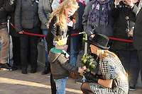 ALGEMEEN: JOURE: 21-11-2014, Bezoek Koningin Maxima bij de officiële opening van de Brede School,  Sarah Sipkema en Robin Agricola overhandigen een boeketje bloemen aan Koningin Maxima, ©foto Martin de Jong