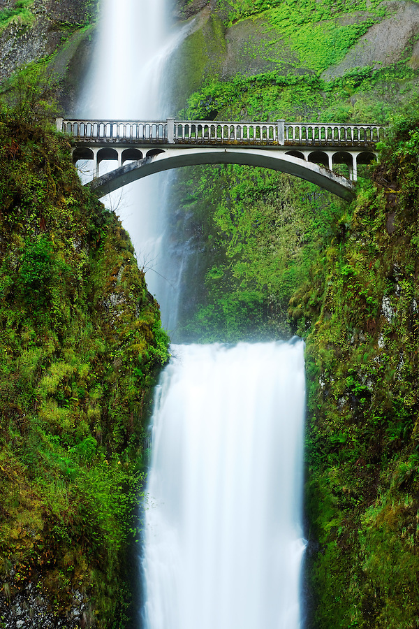 Multnomah Falls and bridge, Columbia River Gorge National Scenic Area, Oregon, USA
