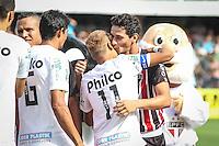 ATENÇÃO EDITOR: FOTO EMBARGADA PARA VEÍCULOS INTERNACIONAIS SANTOS,SP,03 FEVEREIRO 2013 - CAMPEONATO PAULISTA - SANTOS x SÃO PAULO  - Neymar jogador do Santos abraça PH Ganso antes da  partida Santos x São Paulo válido pela 05º rodada do Campeonato Paulista no Estádio Urbano Caldeira (Vila Belmiro) na tarde deste domingo (03).FOTO: ALE VIANNA -BRAZIL PHOTO PRESS).
