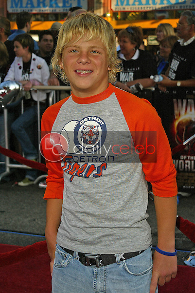 Jonathan Lipnicki<br /> at the &quot;War of the Worlds&quot; Los Angeles Premiere, Chinese Theater, Hollywood, CA 06-27-05<br /> David Edwards/DailyCeleb.Com 818-249-4998