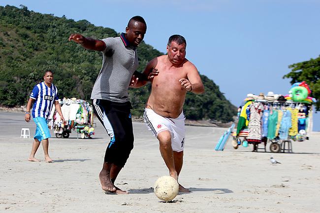 Jair Carbonero y Sergio P&oacute;lvora, hermano de Carlos Carbonero y suegro de Carlos Sanchez respectivamente,  jugadores de la selecci&oacute;n Colombia, luchan por la pelotaa durante un partido de futbol de playa  en la localidad balnearia de Guaruja en la costa litorial de Sao Paulo el 16  de junio de 2014.<br /> <br /> Foto: Joaquin Sarmiento/Archivolatino<br /> <br /> COPYRIGHT: Archivolatino<br /> Solo para uso editorial. No esta permitida su venta o uso comercial.