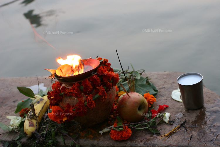 29.10.2006 Varanasi (uttar pradesh)<br /> <br /> Offerings during a puja performed in the ganga river.<br /> <br /> Offrandes pendanst une puja dans le gange.