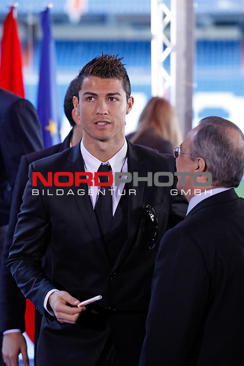 Real Madrid¬¥s Cristiano Ronaldo talks to the President Florentino Perez during the presentation of No kids without a present on Christmas campaign at Bernabeu stadium in Madrid, Spain. December 16, 2013. Foto © nph / Victor Blanco)