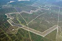Wittstock-Ruppiner Heide oder Bombodrom: EUROPA, DEUTSCHLAND, BRANDENBURG (EUROPE, GERMANY),  06.07.2013: Kyritz-Ruppiner Heide,  Das Bombodrom hat eine Fläche von 144 km2 und ist ein alter Truppenübungspaltz der jetz renaturiert wird. Der Truppenübungsplatz Wittstock (auch Bombodrom) war ein Truppenübungsplatz in der Wittstock-Ruppiner Heide im Nordwesten des Landes Brandenburg. Er wurde von 1952 bis 1993 durch die Gruppe der Sowjetischen Streitkräfte in Deutschland (GSSD) genutzt und anschließend an die Bundeswehr übergeben. Seit Beginn der 1990er Jahre entwickelte sich eine politische Auseinandersetzung um Pläne der Bundeswehr, den Truppenübungsplatz als Luft-Boden-Schießplatz zu nutzen. Im Jahr 2009 wurden diese Pläne verworfen. Die Nutzung des Truppenübungsplatzes wurde 2011 durch die Bundeswehr eingestellt.