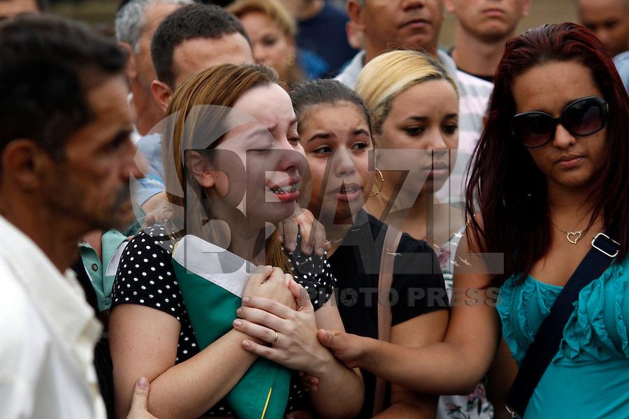 ATENÇÃO EDITOR: FOTO EMBARGADA PARA VEÍCULOS INTERNACIONAIS. - RIO DE JANEIRO,SULACAP, 14 DE SETEMBRO DE 2012- ENTERRO POLICIA  UPP ROCINHA- Na foto: Com a  bandeira do Brasil noiva  Ellen.O corpo do policial  Diego Bruno Barbosa, policia  da  UPP Rocinha foi enterrado na  tarde desta sexta-feira (14) no Cemitério Jardim da  Saudade  Sulacap.<br /> ( GUTO MAIA / BRAZIL PHOTO PRESS )