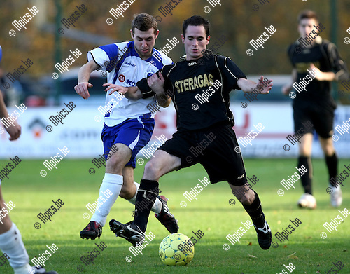 2009-11-15 / Voetbal / seizoen 2009-2010 / KSK Heist - Ternat / Joris Fannes (L, Heist) probeert Van Vaerenbergh af te stoppen...foto: mpics