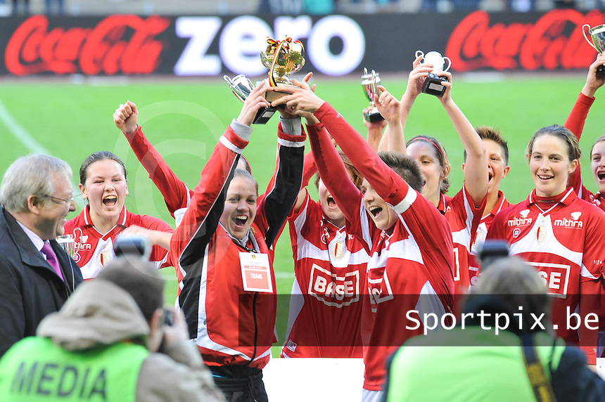 Bekerfinale 2012 : WD Lierse SK - Standard Femina :.Riete Loos en Maud Coutereels steken de beker de hoogte in.foto David Catry / Joke Vuylsteke / Vrouwenteam.be