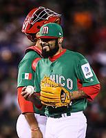 Sergio Romo pitcher relevo de Mexico entrega la bola al manager Edgar Gonzalez a su salida en el septimo inning, durante el partido Mexico vs Venezuela, World Baseball Classic en estadio Charros de Jalisco en Guadalajara, Mexico. Marzo 12, 2017. (Photo: AP/Luis Gutierrez)