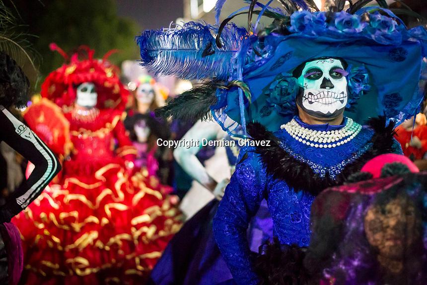 Quer&eacute;taro, Qro. 1 de noviembre de 2017.- Primer Desfile de Catrinas y Catrines en la capital del estado, en el marco de las celebraciones de la festividad de los fieles difuntos, Todos Santos y D&iacute;a de Muertos. La organizaci&oacute;n se vio rebasada en la convocatoria a la que acudieron cientos de personas que de manera espont&aacute;nea se sumaron a desfile. <br /> <br /> Foto: Demian Ch&aacute;vez