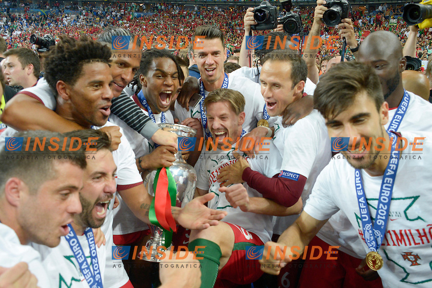 Esultanza fine partita Portogallo con la coppa celebration end of match Portugal with the cup<br /> Paris 10-07-2016 Stade de France Football Euro2016 Portugal - France / Portogallo - Francia Finale/Finals<br /> Foto Federico Pestellini / Panoramic / Insidefoto