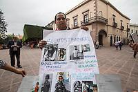 Querétaro, Qro. 18 de diciembre 2015. Luis Fernando Becerra reporta el presunto secuestro de su hijo de dos años por parte de la madre del niño y la pareja de esta. Aunque ya presentó la denuncia ante el ministerio público, pide colaboración de la ciudadanía para que las investigaciones se agilizen, pues teme que se lleven al menor del estado. Foto: Alejandra L. Beltrán / Obture Press Agency