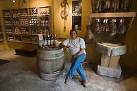Europe/France/Corse/2B/Haute-Corse/ Calenzana: Bernard Villanova  vigneron  dans sa boutique de produits corses: Camellu,