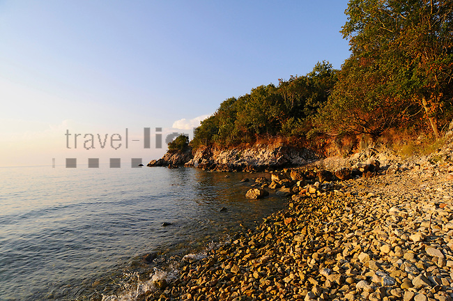 Kieselstrand; Stony beach near Glavotok, Krk Island, Dalmatia, Croatia. Insel Krk, Dalmatien, Kroatien. Krk is a Croatian island in the northern Adriatic Sea, located near Rijeka in the Bay of Kvarner and part of the Primorje-Gorski Kotar county. Krk ist mit 405,22 qkm nach Cres die zweitgroesste Insel in der Adria. Sie gehoert zu Kroatien und liegt in der Kvarner-Bucht suedoestlich von Rijeka.