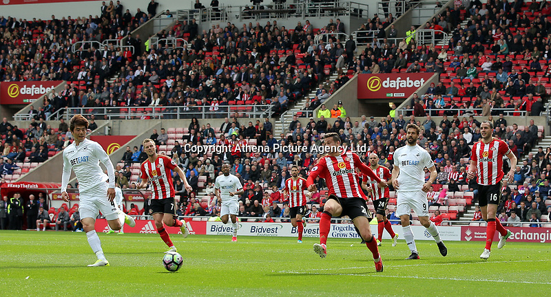 Ki Sung-Yueng of Swansea City (L) passes the ball forward during the Premier League match between Sunderland and Swansea City at the Stadium of Light, Sunderland, England, UK. Saturday 13 May 2017
