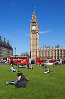 United Kingdom, England, London: Tourists in Parliament Square | Grossbritannien, England, London: Touristen am Parliament Square vorm House of Parliament mit Big Ben