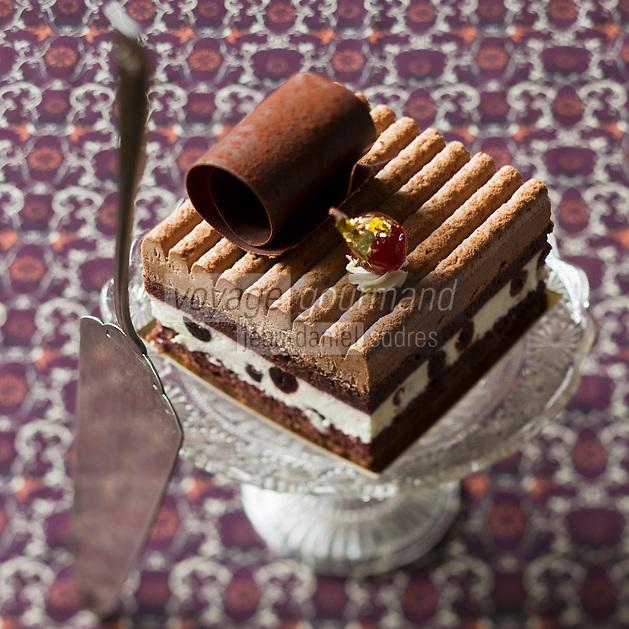 Gastronomie générale:  Gâteau: Forêt Noire de chez Stöherer- Pâtissier: 51 rue Montorgueil 75002 Paris - Stylisme : Valérie LHOMME