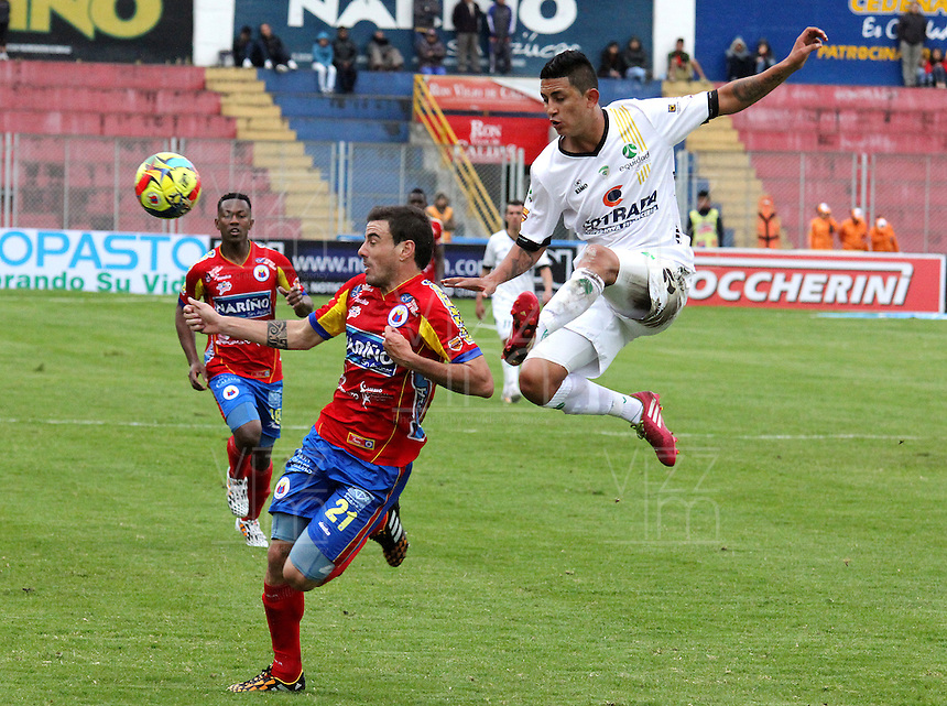 PASTO - COLOMBIA -07-09-2014: Emanuel Molina (Izq.) jugador de Deportivo Pasto disputa el balón con Elvis Gonzales (Der.) jugador de La Equidad durante partido entre Deportivo Pasto y La Equidad de la fecha 8 de la Liga Postobon II 2014, jugado en el estadio Libertad de la ciudad de Pasto. / Emanuel Molina (R)  player of Deportivo Pasto fights for the ball with Elvis Gonzales (L) player of La Equidad during a match between Deportivo Pasto and La Equidad for the date 8 of the Liga Postobon II 2014 at the Libertad stadium in Pasto city. Photo: VizzorImage  / Leonardo Castro / Str.