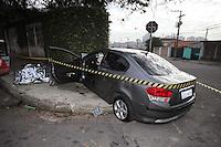 SAO PAULO, SP, 24/07/2012, ACIDENTE V. SONIA. Um motorista morreu apos colidir contra um muro de uma casa na Av. Angelo Di Vernieri no bairro da V. Sonia. Luiz Guarnieri/ Brazil Photo Press.