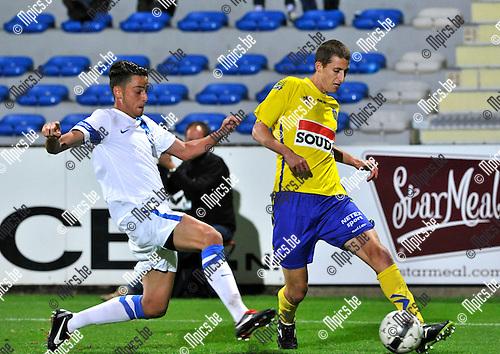 2013-08-31 / voetbal / seizoen 2013-2014 / Westerlo - Vise / Jens Cools (r) (Westerlo) trapt een pass voordat Marin Lacroix (l) (Vise) kan tussenkomen