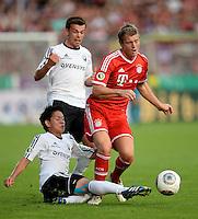 FUSSBALL       DFB POKAL 1. RUNDE        SAISON 2013/2014 BSV Schwarz-Weiss Rehden  - FC Bayern Muenchen  05.08.2013 Taiki Hirooka (li, Rehden) graetscht Toni Kroos (re, Bayern) ab