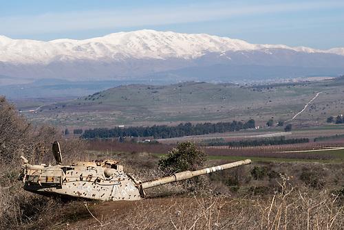 Mont Hermon, Plateau du Golan occupé, Israel. Un char Syrien abandonne, le mont Hermon en arriere plan.